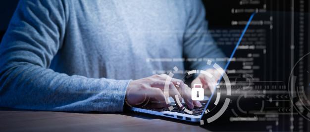 Slika osobe na laptopu koja sigurno pretražuje internet zbog privacy shield mehanizma