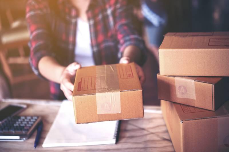 Devojka koja šalje paket koji je prodala preko svog amazon shop-a