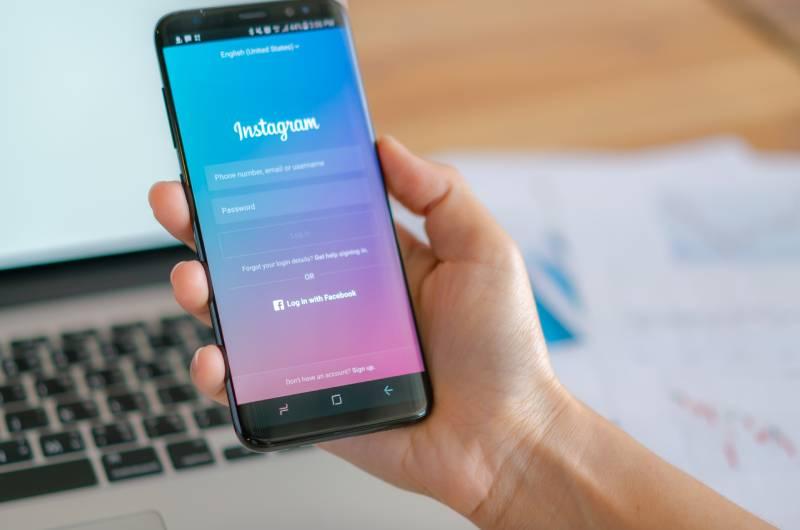 Ruka koja drži telefon na kome je upaljen instagram
