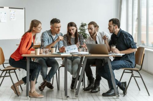 Slika grupe ljudi kako sede za stolom i primenjuju ORK metodologiju