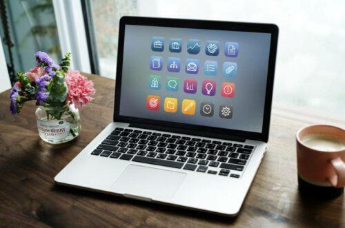 Laptop sa svim neophodnim aplikacijama na ekranu za e-kancelarijsko poslovanje