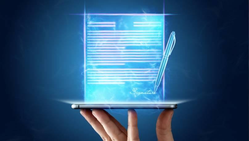 Ilustracija digitalnog pametnog ugovora koji izlazi iz ekrana tablet računara