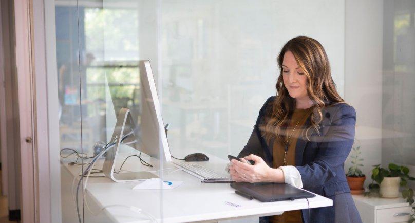 Devojka u kancelariji koja se sprema za online sastanak sa klijentom