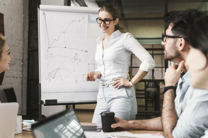 Devojka na tabli objašnjava kako se koristi bonusna šema