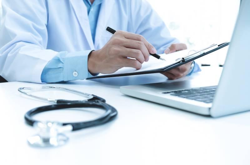 Lekar koji proverava da li je došlo do zloupotrebe bolovanja