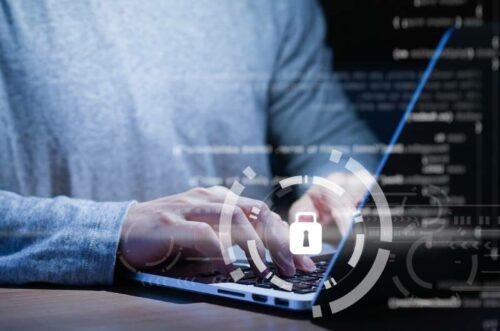 Programer za laptopom bavi se bezbednošću i zaštitom podataka